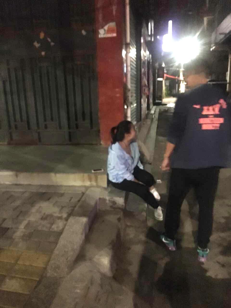 姑娘崴脚无法行走  热心小伙儿背送回家