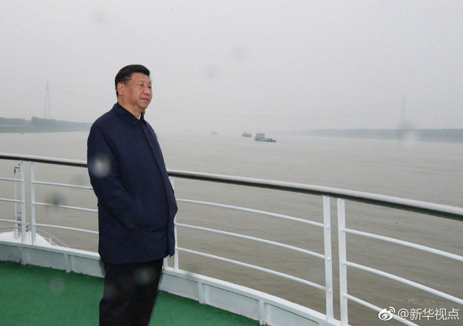 习近平乘船考察长江